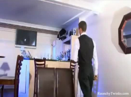 تلعب ثلاث سيدات رائعات للغاية بألعاب جنسية ، بينما يحاول رجلهن تصوير فيديو لهن