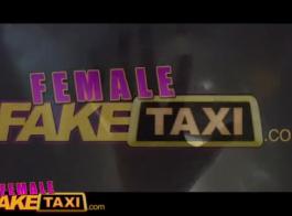 سائق سيارة أجرة مقرن يمارس الجنس مع النساء الثريات في مؤخرة سيارته خلال النهار