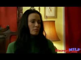 جبهة مورو شقية ذات شعر أحمر ، إيلين على وشك أن تمارس الجنس في سريرها الكبير