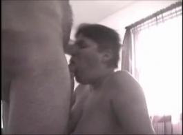 امرأة سمراء مصاصة للقضيب تتعرض للإيذاء بوسها المشعر في مواقف مختلفة حتى تواجه النشوة الجنسية