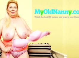 الجدة مفلس في مزاج لمضاجعة جارتها القديمة ، التي تحب مشاهدتها وهي تعمل