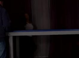 امرأة سمراء أنيقة تحصل على مؤخرتها الضيقة مارس الجنس في فيديو إباحي تجعلها مقابل المال