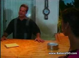 يتم ربط العبد الآسيوي الصغير مع ربطه بحبل على طاولة البلياردو