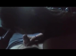 امرأة سمراء مفلس في قميص أخضر فرك بلطف البظر بينما صديقها يلعب مع شق لها