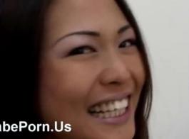 فتاة آسيوية في سراويل بيضاء