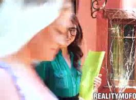 امرأة سمراء مثيرة ، رايلي ريد تحصل على ديك في مؤخرتها ، بينما في أرضية صالة الألعاب الرياضية