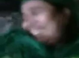 امرأة تعذب فتاة بمص كسا