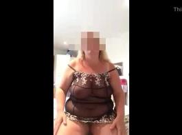 امرأة سمراء رائعة أصبحت عارية وحريصة على الحصول على مارس الجنس ونائب الرئيس على وجهها