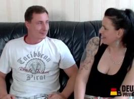 امرأة ألمانية ناضجة تمارس الجنس الوحشي مع رجل يقف فقط في مرآبها