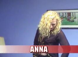 مكتب وقحة آنا بولينا فاتنة خلع تنورتها على كاميرا ويب
