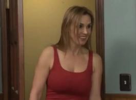 كريستين سكوت تمارس الجنس مع مالكها لأنه أعطاها المال لامتصاص قضيبه الضخم