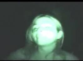 فتاة شقراء لاتينية تصرخ من السرور بينما تتعرض للخبط في السيارة بجوار حمام السباحة