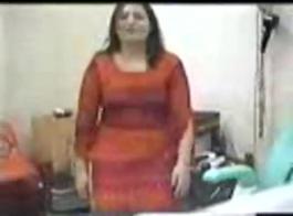 بصورة عاهرة ، امرأة متزوجة تعيش طقوس العربدة مع ابن صديقتها المقربة وزوجين