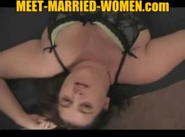 امرأة سمراء متزوجة تمتص قضيب حبيبها الجديد في غرفة بالفندق ، بينما تركع أمامه