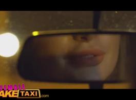 سائق سيارة أجرة غريب يمارس الجنس مع موكله الجميل ، ليجعلها تخلع ملابسها