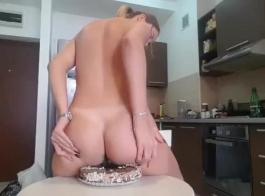 تتسخ الكعكة والكس بالزيوت الإضافية