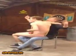 اثنان من الرجال قرنية يمارسون الجنس مع ربة منزل شقية ويأكلون نائب الرئيس الطازج على وجهها