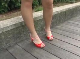 مراهقة يابانية رشيقة تلعب مع نفسها في الهواء الطلق
