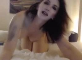 تمارس امرأة سمراء الحبر الجنس بشكل عرضي أثناء إجازة مع رجل من حيها