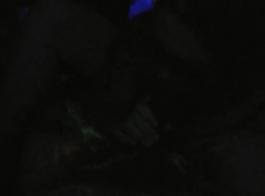 زوجة شقراء قرنية تقاسم الديك الأسود الكبير مع بعل