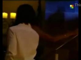 امرأة مثيرة في ثوب أصفر في غرفة فندق وتستعد لامتصاص قضيب واحد صعب