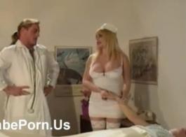 ممرضة سمراء قرنية تمارس الجنس بشكل عرضي مع سحاقية تريد أن يكون معها الثلاثي