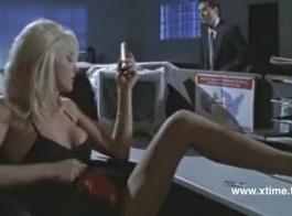 فتاة شقراء طموحة تفتح ساقيها على مصراعيها للحصول على خصم في المركز التجاري