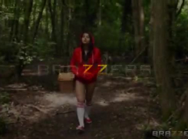 تستخدم فالنتينا نابي حلقها العميق لإغواء رجل من حيها ، يرغبون في ممارسة الجنس معه