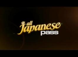 طالبة يابانية تحلق بوسها