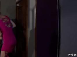 فاتنة ضئيلة في البيكيني الوردي تنشر ساقيها مفتوحة على مصراعيها لرجل أقرن أراد أن يمارس الجنس معها