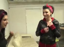 تنشر جوانا أنجل ساقيها وتطلب من شريكها أن يمارس الجنس معها حتى تقوم بمضاجعتها