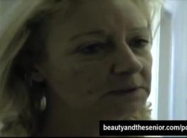 المرأة ذات الشعر المجعد دائمًا في مزاج لممارسة الجنس أمام الكاميرا