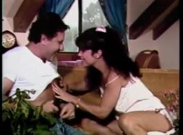 ناضجة سمراء يغوي الفرعية ويحصل مارس الجنس أمام الكاميرا