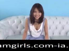 تعرض المراهقة اليابانية مؤخرتها الجميلة وتقدم تدليكًا جميلًا لعميلها المقرن