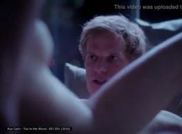 تقوم ميل كاش بلف ثديها ، بينما يقوم شريكها بحفر كسها الرطب من الخلف
