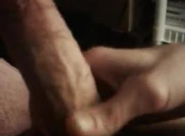 جبهة مورو قرنية ، مع حذاء أسود هو الحصول على بوسها يمسح من الخلف ، في سريرها