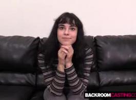تحب أريا ألكساندر اللعب بالعديد من قضبان الروك الصلبة ، في نفس الوقت ، حتى تمارس الجنس