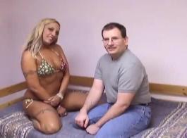 خاض الرجل ذو القرون مغامرة جنسية جماعية مع كلبتين قرنية في سريره الضخم