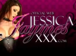 تقدم جيسيكا جايمس مؤخرتها المثالية وتنقع كسًا مبللاً للرجل الذي تريده
