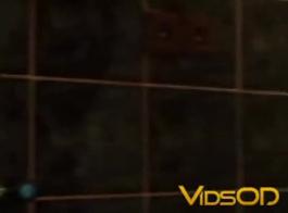 امرأة سمراء مفلس تجريد واللعب مع بوسها