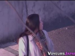 صغيرتي اليابانية في سن المراهقة سريعة لخلع ملابسها أثناء الحصول على بوسها يمسح