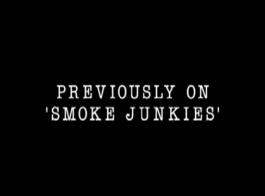 تدخين جبهة مورو الساخنة هو مص ديك شاب هائج ، بينما في سريرها ، معه