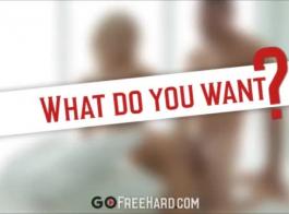 امرأة سمراء ذات طلقة كبيرة على وشك أن تقدم أول مشهد لها في صناعة الإباحية مع صديقتها المقربة