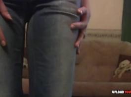 امرأة سمراء في سن المراهقة تظاهر في غرفة النوم