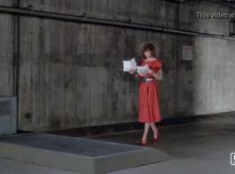 امرأة ذات شعر أحمر ذات ثدي كبير تحب أن تضع أصابعها على بوسها أثناء وجودها في المستشفى