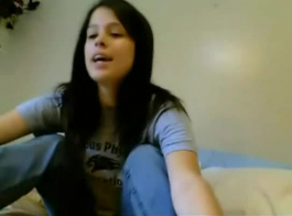 امرأة سمراء في سن المراهقة تجريد على سريرها