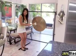 ذات الشعر الداكن ، الفتاة الآسيوية ذات الثدي الصغير وصديقتها المقربة تمارس الجنس المشبع بالبخار
