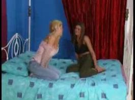 تحب الفتيات الغريب أن يتعرضن للتعذيب ، لأنه يثيرهن ويجعلهن يصرخن من اللذة