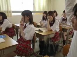 يقضي الأطفال اليابانيون حفلة مجنونة حيث يمارسهم رجل من الحي طوال الوقت