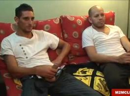 اثنين من الرجال قرنية على حد سواء الحصول على الرطب القيام فاتنة
